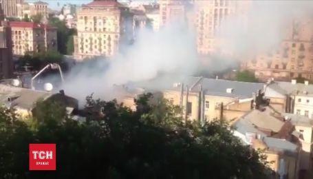 У центрі Києва продовжують гасити масштабну пожежу