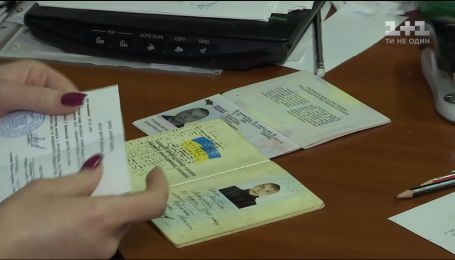 Щоб отримати біометричні паспорти, жителі Донбасу мають довести, що є українцями
