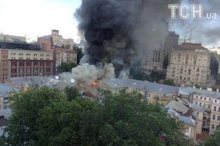 На Хрещатику палає будівля напроти ЦУМу