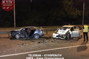 В Киеве полицейский Toyota Prius совершил лобовое столкновение с Mitsubishi Lancer