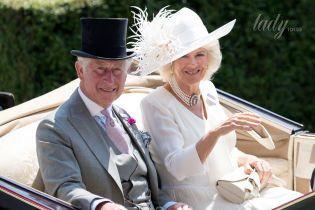 В необычной шляпе и с жемчужным ожерельем: герцогиня Корнуольская на скачках в Аскоте