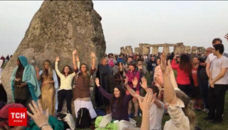 Более 10 тысяч друидов отметили самый длинный день года в Стоунхендже медитацией