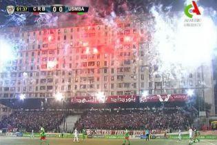 В Алжирі фанати влаштували неймовірну піротехнічну вечірку під час матчу