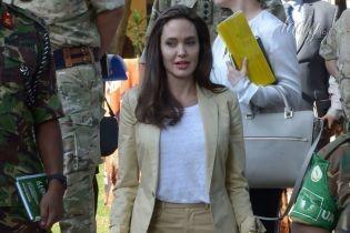 В светлом костюме и с яркой помадой: Анджелина Джоли посетила Кению