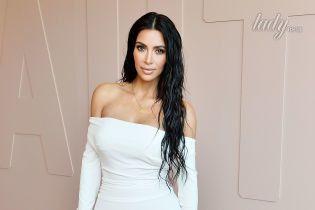Ким Кардашьян подчеркнула сексуальные формы белоснежным платьем