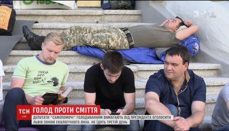 Нардепи продовжують сміттєве голодування під Адміністрацією Президента
