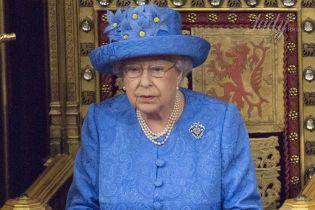 Королева Елизавета II продемонстрировала красивый сине-желтый образ