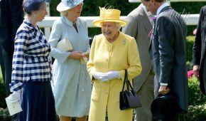 Новый день - новый наряд: королева Елизавета II посетила второй день скачек в Аскоте