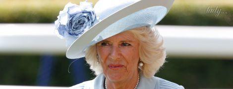 В голубом платье и с белым клатчем: новый образ герцогини Корнуольской на скачках в Аскоте