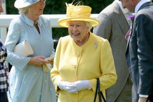 Новий день - нове вбрання: королева Єлизавета II відвідала другий день скакових перегонів в Аскоті