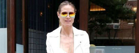 В джинсах-скинни и белой куртке: стильный повседневный образ Хайди Клум