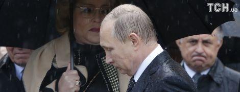 """Путін прибув до """"Артеку"""" в окупованому Криму, його знову заскочила злива"""