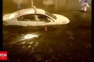 Вирвані дерева, озера на дорозі і травмовані пішоходи – Китай страждає від потужних злив