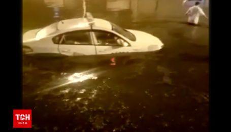 Вырванные деревья, озера на дороге и травмированные пешеходы - Китай страдает от мощных ливней