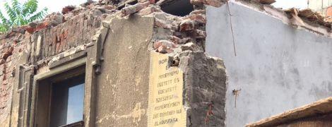 В Ужгороде неизвестные разнесли экскаватором историческое здание, в Сети бьют тревогу