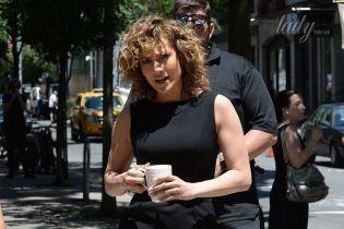 В строгом платье и с короткой стрижкой: Джей Ло на съемках сериала в Нью-Йорке