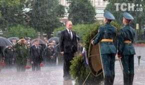 Дежавю. Reuters опубликовал фото намокшего Путина возле венка
