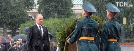 Дежавю. Reuters опублікував фото змоклого Путіна біля вінка