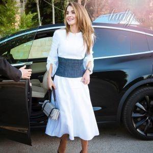 В белом платье и туфлях с принтом: деловой образ королевы Рании