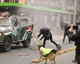 Поліція Чилі розганяє студентів сльозогінним газом та водяними гарматами