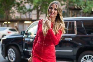 Как всегда, эффектна: Хайди Клум в красном платье дефилирует по Нью-Йорку