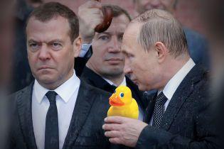 Качечку шкода. Як у Мережі глузують з фото змоклих Путіна та Медведєва