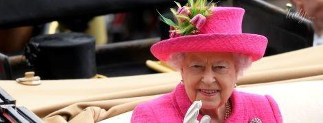 91-летняя королева Елизавета II в ярком образе затмила британок на скачках