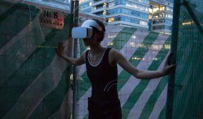 Не порушувати межі реальності: у Москві випустили з психлікарні художницю з хайтек-окулярами