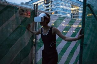 Не нарушать границы реальности: в Москве выпустили из психбольницы художницу с хайтек-очками