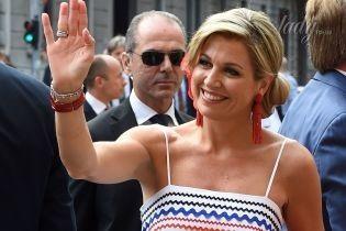 В сарафане на бретельках и с яркими аксессуарами: королева Максима с мужем в Милане