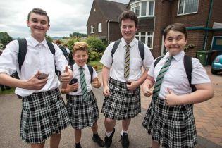 У Великобританії школярі одягнули спідниці, протестуючи проти заборони на шорти