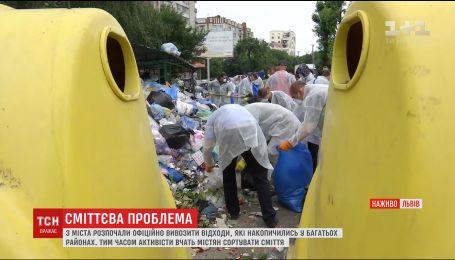 Во Львове начали расчищать сугробы мусора и вывозить его за пределы