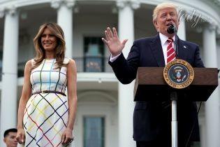 В клетчатом платье и розовых лодочках: Мелания Трамп на пикнике в Белом доме