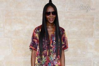 В ярком мини и с новой прической: Наоми Кэмпбелл на показе Louis Vuitton