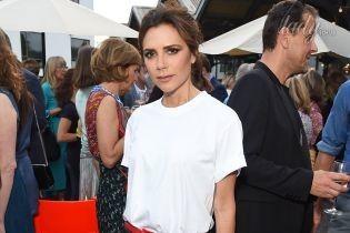 В кожаных брюках и белой футболке: Виктория Бекхэм сходила на вечеринку в Лондоне