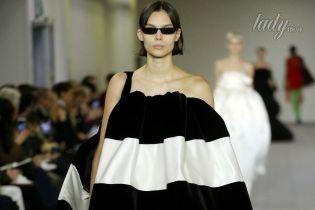 Асимметричные пальто и яркие колготки в коллекции Balenciaga осень-зима 2017-2018