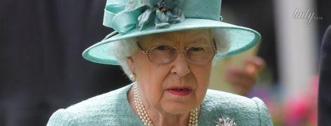 Теперь в мятном: королева Елизавета II продемонстрировала новый образ на скачках в Аскоте