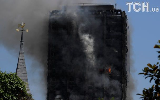 Без крыши над головой: Reuters опубликовал фото ошарашенных жильцов сгоревшего небоскреба в Лондоне