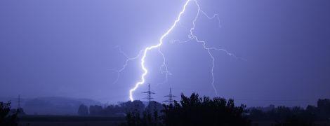 Чрезвычайники предупредили об опасности гроз и шквального ветра по Украине