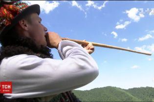 Від цимбалів до трембіти: 19-річний віртуоз зібрав унікальну колекцію народних інструментів