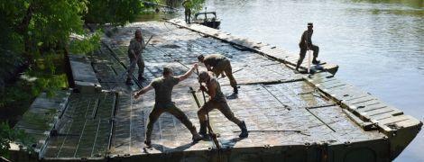 На Луганщині військові встановили через річку понтонний міст