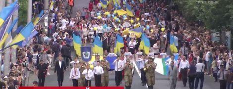 """По центру Ровно под знаменами и с оркестром прошел """"парад"""" выпускников"""