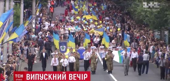 """Центром Рівного під прапорами і з оркестром пройшов """"парад"""" випускників"""