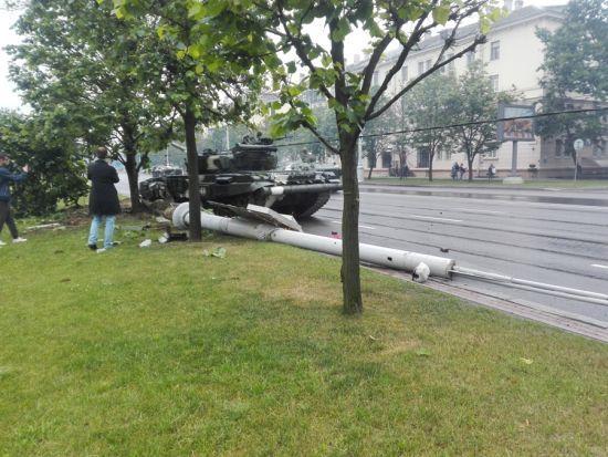 У Мінську під час репетиції параду танк на швидкості збив стовп