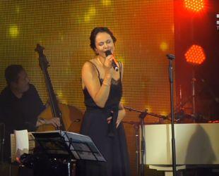 Жена мэра Киева дала сольный концерт на крыше ЦУМа