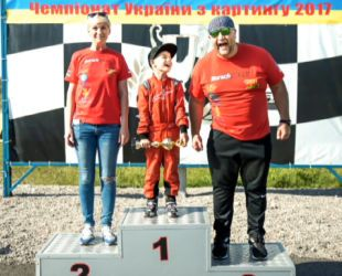 Юморист Егор Крутоголов посадил сына за руль в 4 года