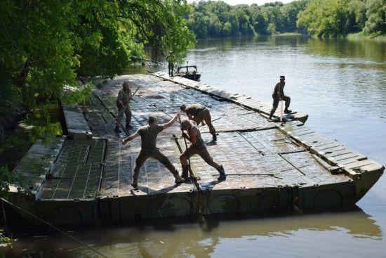 """На Луганщині військові збудували через річку """"міст життя"""""""