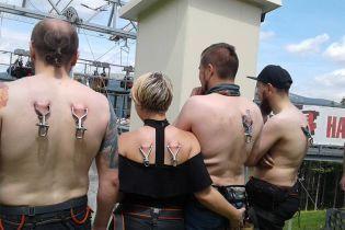 У Карпатах встановили рекорд із одночасного спуску на тролеї за допомогою кріплень за шкіру спини