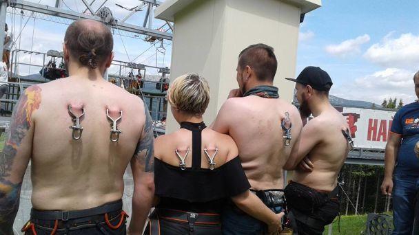 В Карпатах установили рекорд по одновременному спуску на троллее при помощи креплений за кожу спины