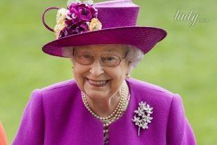 В пальто цвета фуксии и с бриллиантовой брошью: новый образ 91-летней королевы Елизаветы II
